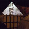 Unikátní světelná projekce na pražském Starém Městě. Od dnešního večera se budou objevovat tváře obětí holokaustu na fasádě uPinkasovy synagogy