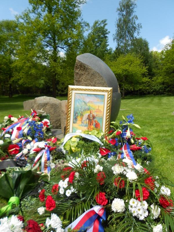 """Památník na místě """"cikánského tábora"""" Lety u Písku"""