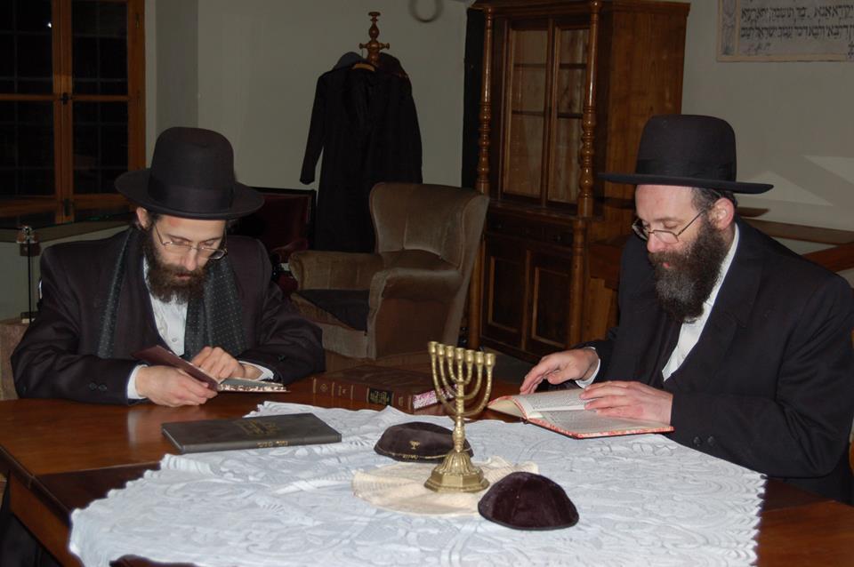 Potomci rabína Šacha ve studovně (foto FB Šachova synagoga)