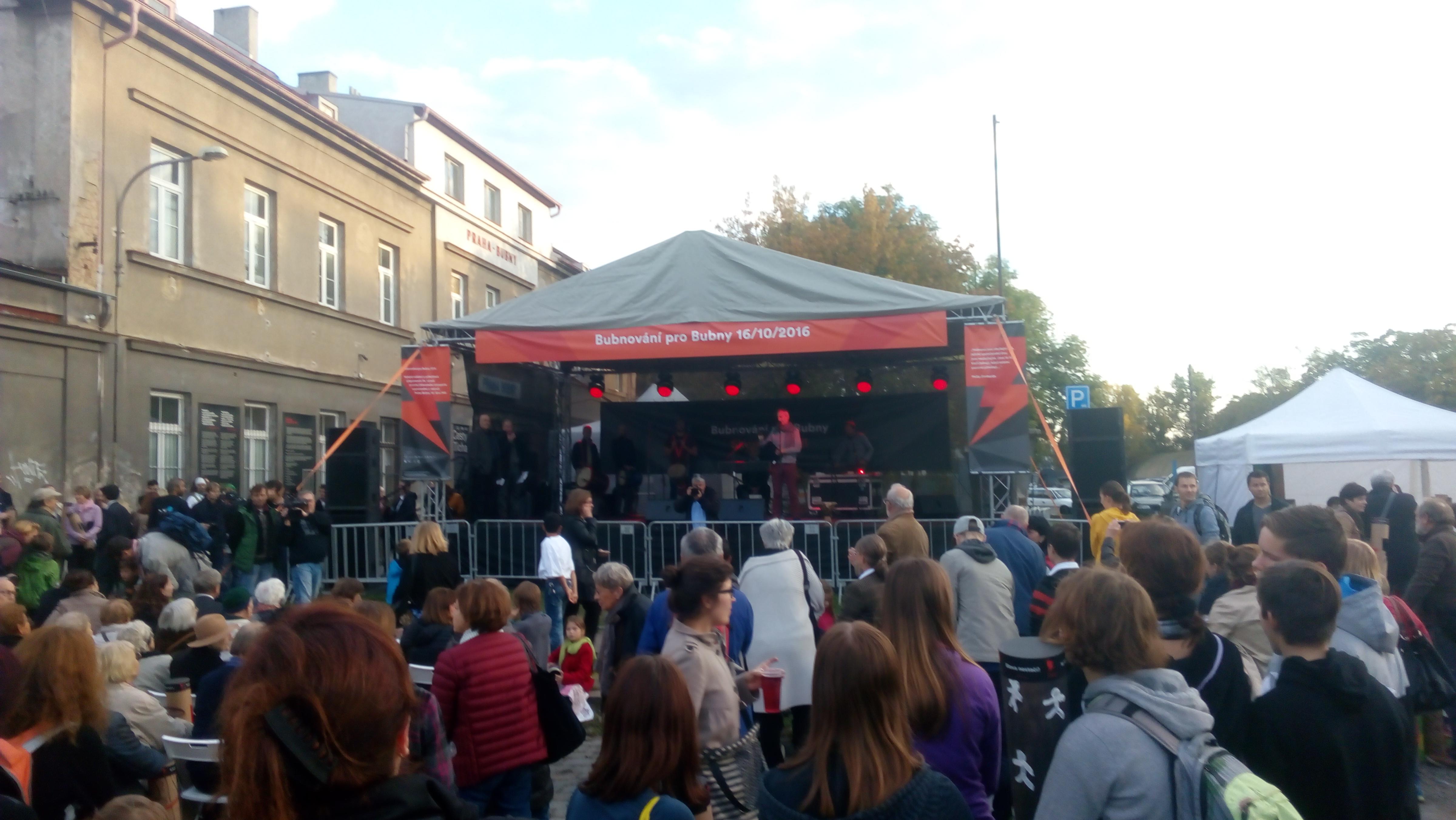Na hlavní program Bubnování pro Bubny přišlo asi 300 diváků