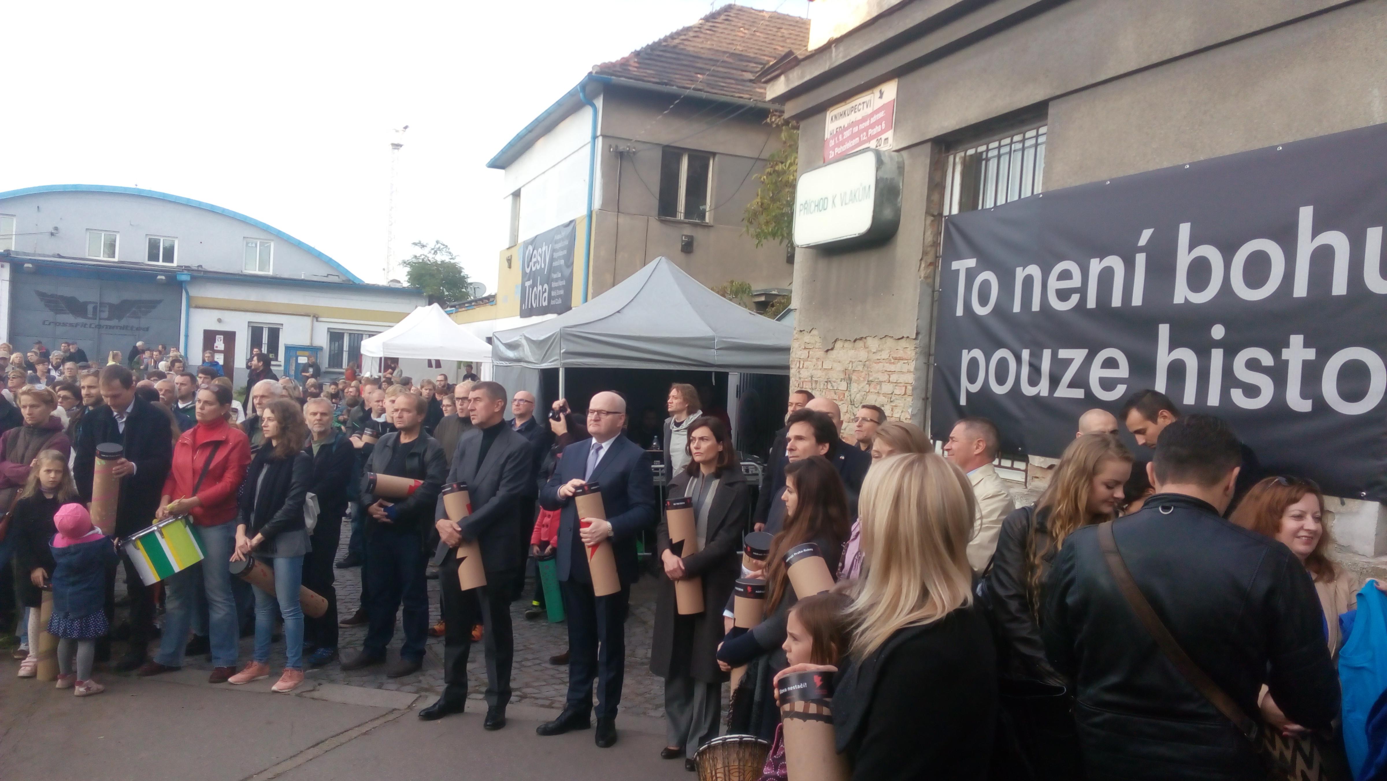 Mezi bubeníky byli i starosty Prahy 7 Čižinský, Andrej Babiš, Daniel Herman a americká velvyslanec Andrew Schapiro