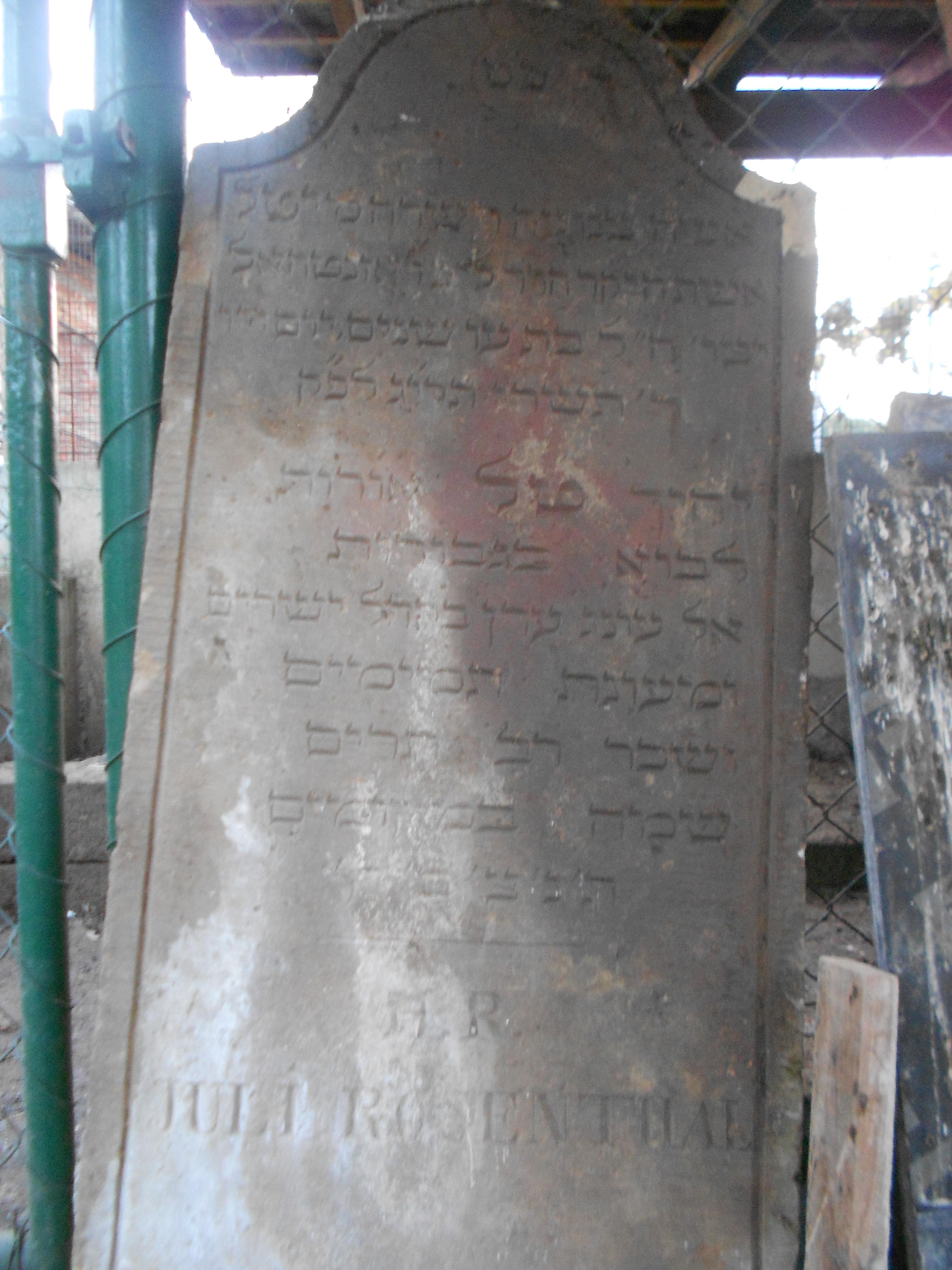 Jeden z nalezených původních náhrobků, který byl po roce 1943 použit na stavbu hodpodářských budov.