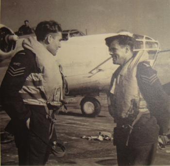 Jiří Kafka vlevo na snímku, kdy sloužil v RAF.