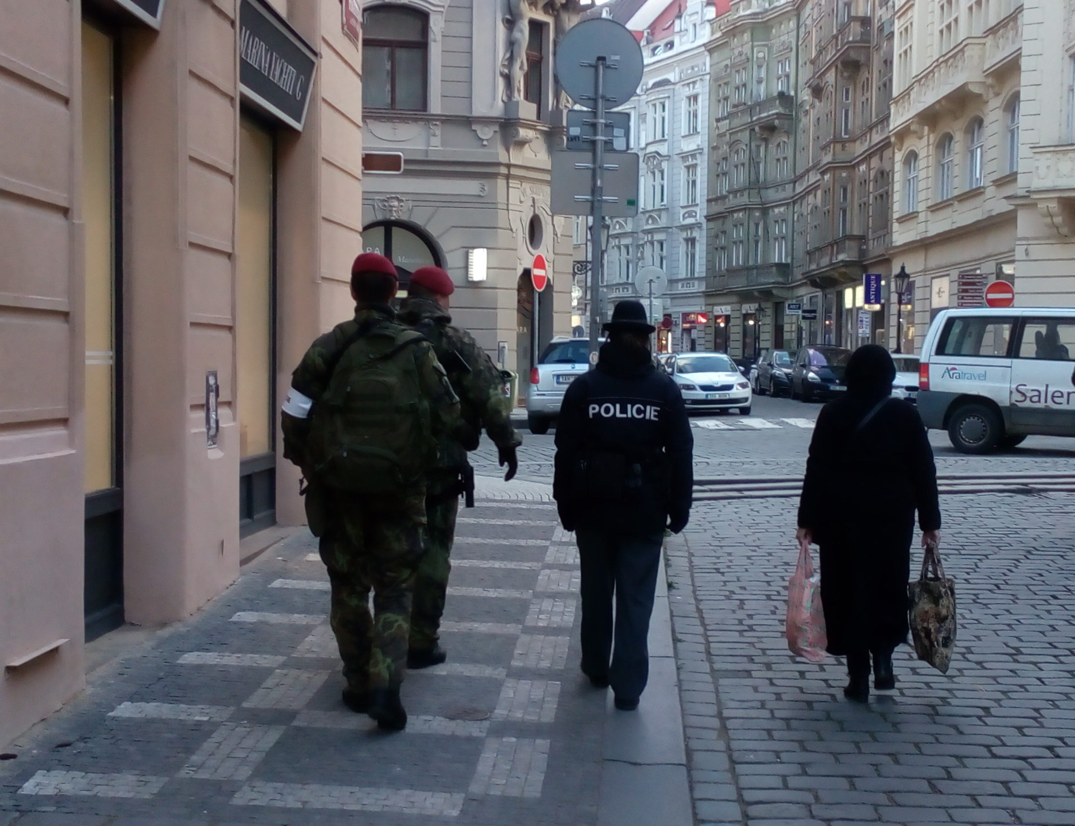 Vojáci a policistka v pražské Maiselově ulici