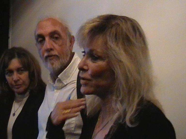 Zleva jsou E. Cohen, A. Cohen a S. Fastlicht při besedě po promítání v Brně