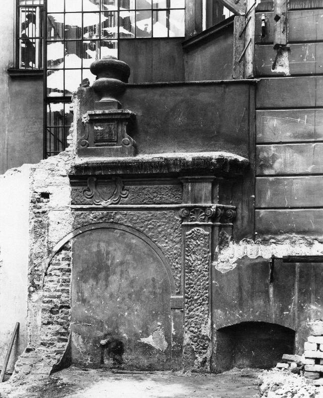 Portal zidovskeho hrbitova v základech domu