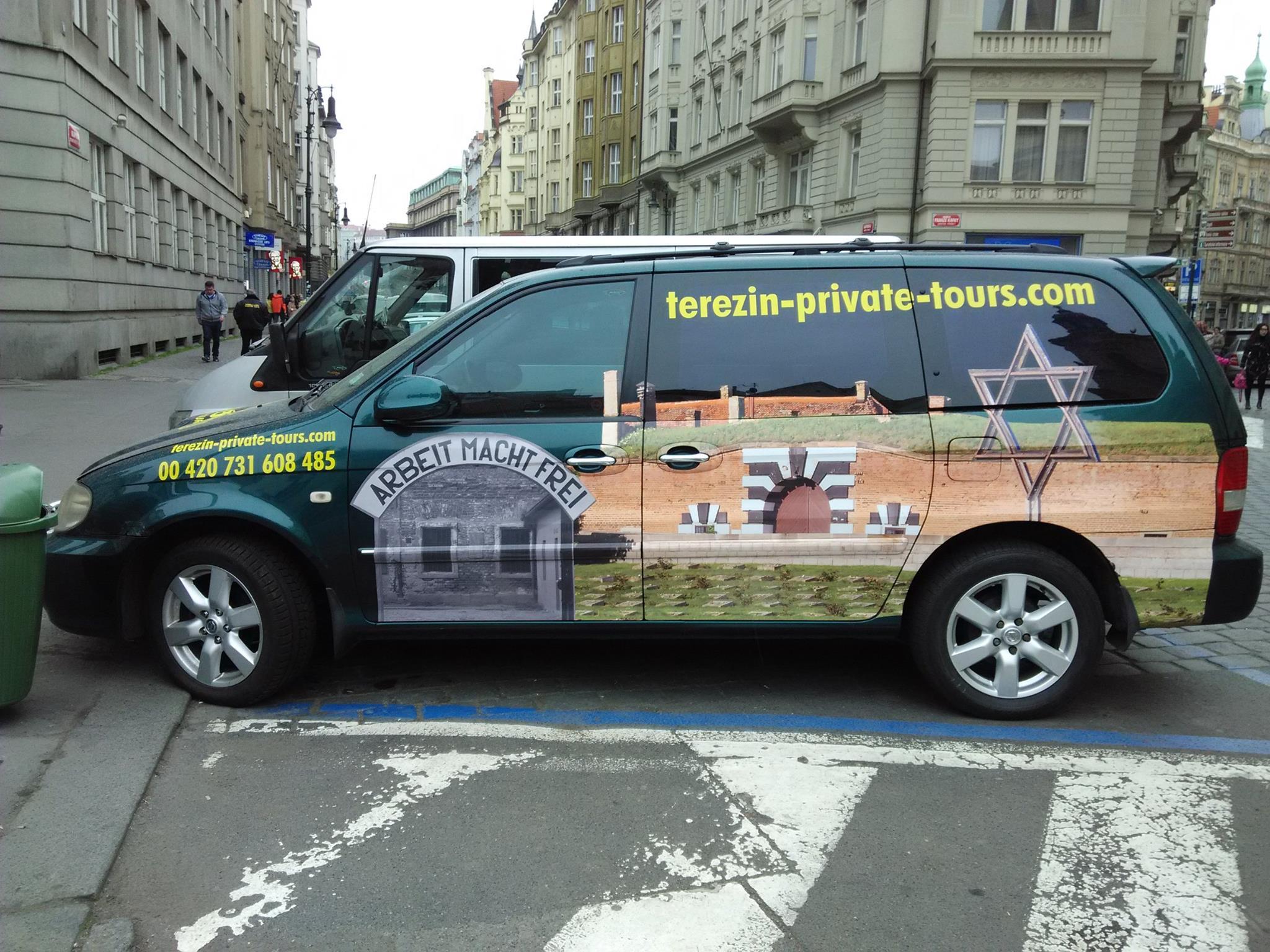 Auto agentury Terezin Private Tours  s reklamou na cesty to Terezína