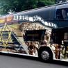 Toulavý autobus s reklamou na osvětimské zážitky